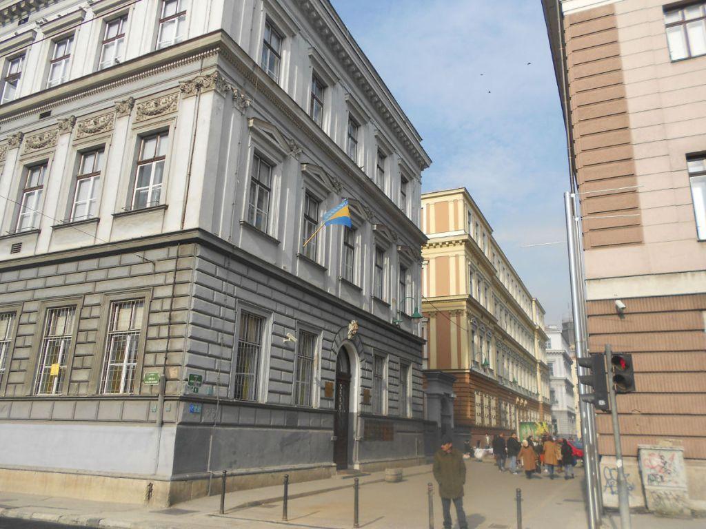 Слева основная школа, в глубине Первая гимназия. Фото: Елена Арсениевич, CC BY-SA 3.0