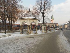 Турбе (гробницы) визирей и церковь св. Иоанна. Фото: Елена Арсениевич, CC BY-SA 3.0