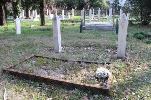 На части могил нет религиозных обозначений. Фото: Елена Арсениевич, CC BY-SA 3.0