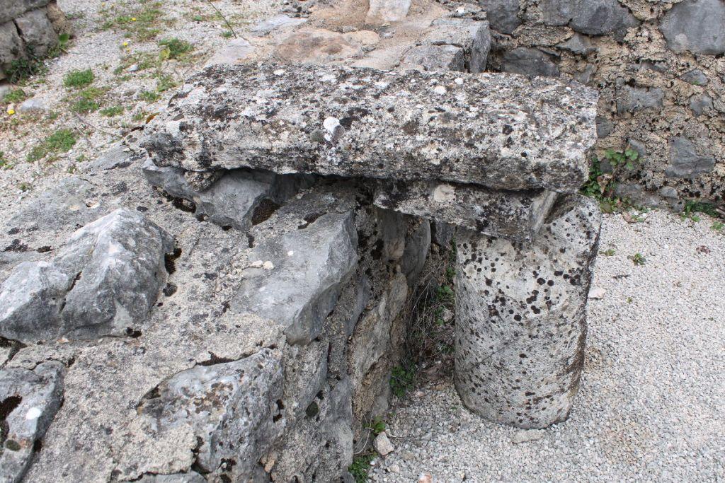 Фрагмент колонны и прочие артефакты. Фото: Елена Арсениевич, CC BY-SA 3.0