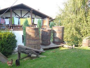 Старинные бочки для брожения в этноселе «Станишичи». Фото: Елена Арсениевич, CC BY-SA 3.0