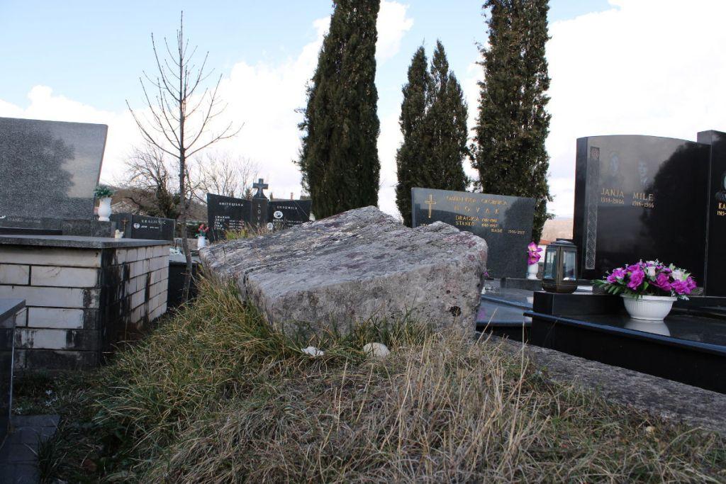 Средневековые стечки среди современных надгробий. Фото: Елена Арсениевич, CC BY-SA 3.0