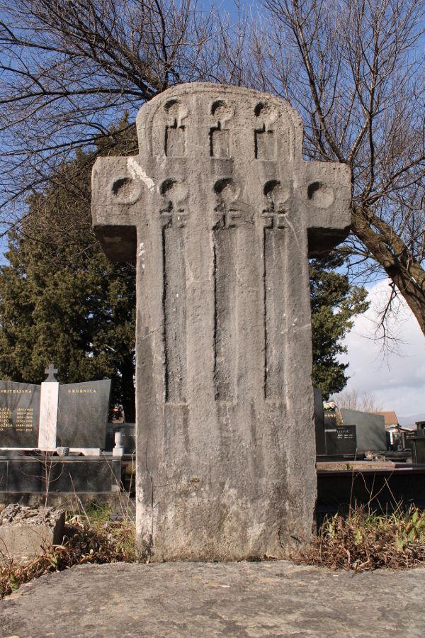 Крестообразный стечак с аркадами. Фото: Елена Арсениевич, CC BY-SA 3.0