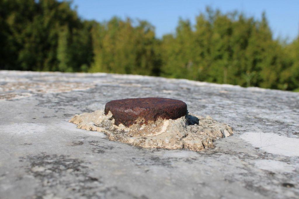 Железная штука в камне, вероятно, позднего времени. Фото: Елена Арсениевич, CC BY-SA 3.0