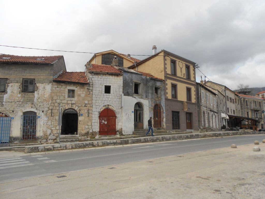 Раньше лавки и мастерские, а теперь разруха. Фото: Елена Арсениевич, CC BY-SA 3.0