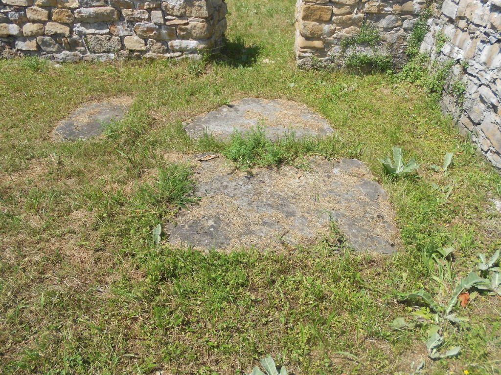 Вероятно, надгробные плиты. Фото: Елена Арсениевич, CC BY-SA 3.0