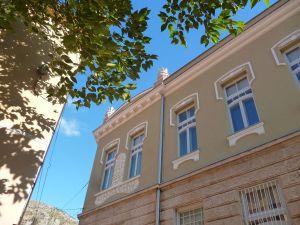 Правое крыло здания. Фото: Елена Арсениевич, CC BY-SA 3.0