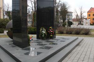 Два памятника погибшим в одной войне. Фото: Елена Арсениевич