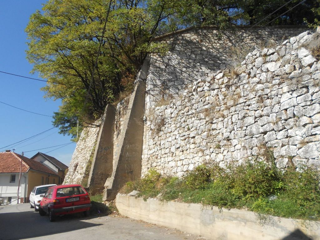 Фрагмент крепостной стены 18-го века с более поздними усовершенствованиями. Фото: Елена Арсениевич, CC BY-SA 3.0