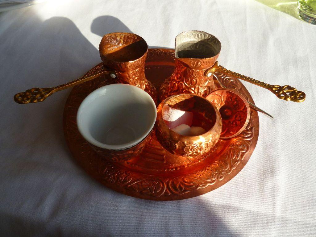 В одной джезве кофе, в другой кипяток. Фото: Елена Арсениевич, CC BY-SA 3.0