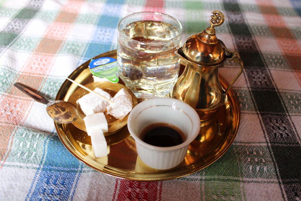 Подача кофе в Чабриной кафане. Фото: Елена Арсениевич, CC BY-SA 3.0