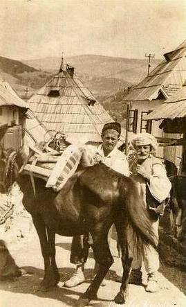 Двое и конь на дома в Вароши. Автор неизвестен