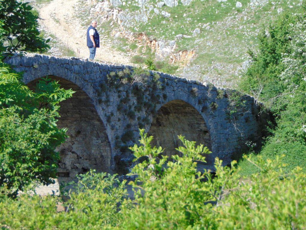 Похоже, перил у моста никогда не было. Фото: Елена Арсениевич, CC BY-SA 3.0