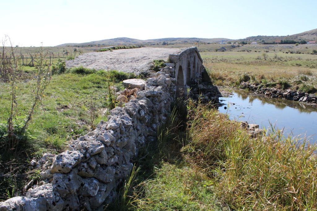 Мост и фрагмент римской дороги. Фото: Елена Арсениевич, CC BY-SA 3.0