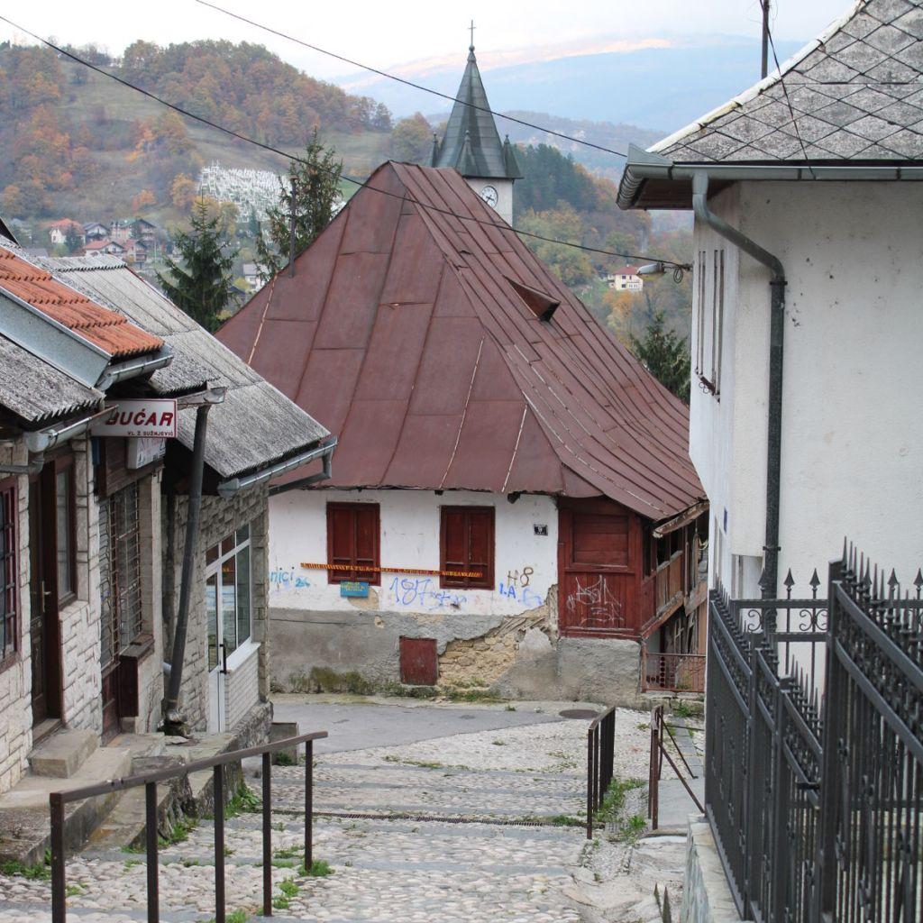Дом в Вароши и колокольня церкви св. Луки. Фото: Елена Арсениевич, CC BY-SA 3.0
