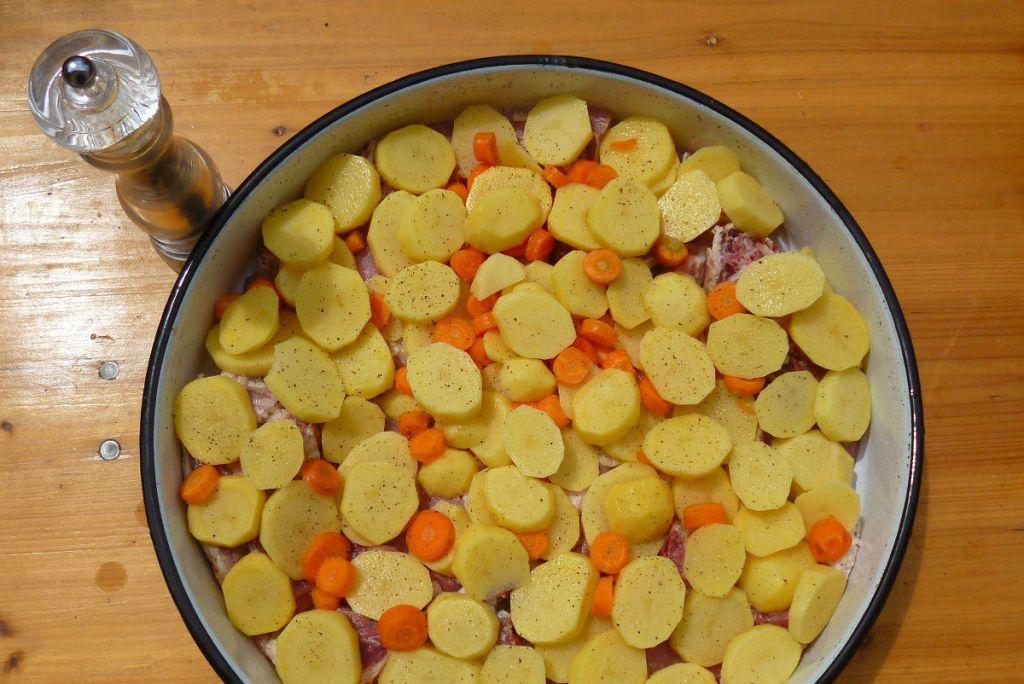 Выкладываем слой овощей, солим и перчим. Фото: Елена Арсениевич, CC BY-SA 3.0