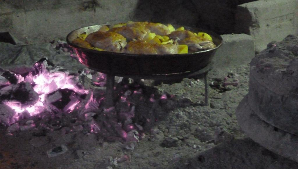 Куриные окорочка под сачем. Слева резервный костерок, чтобы горячие угли были наготове. Фото: Елена Арсениевич, CC BY-SA 3.0