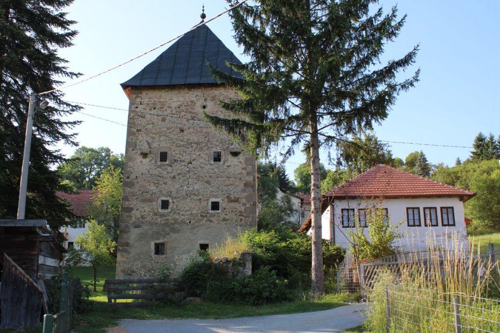 Башня Рустемпашича в селе Оджак. Фото: Елена Арсениевич, CC BY-SA 3.0