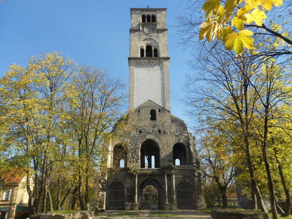 Колокольня, оставшаяся от церкви св. Анте. Фото: Елена Арсениевич, CC BY-SA 3.0