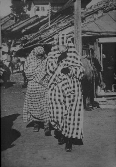 Женщины в зарах. Автор фото неизвестен, public domain