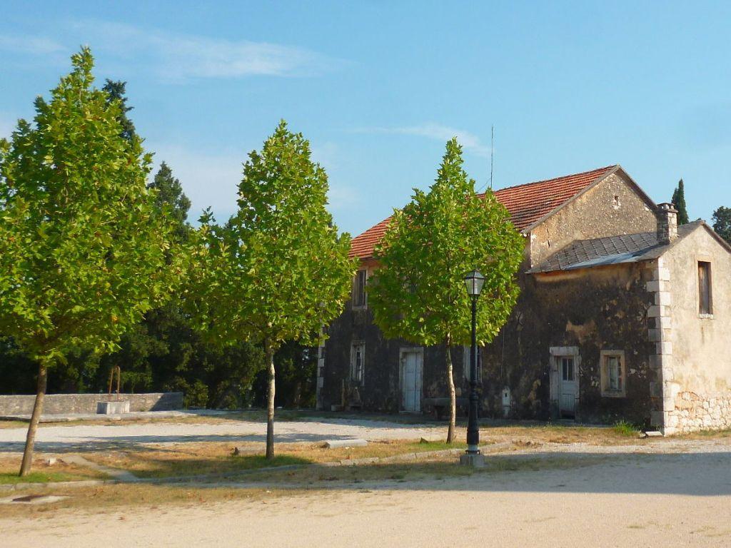 Слева в глубине – чатрня. Груде, дом священника. Фото: Елена Арсениевич, CC BY-SA 3.0