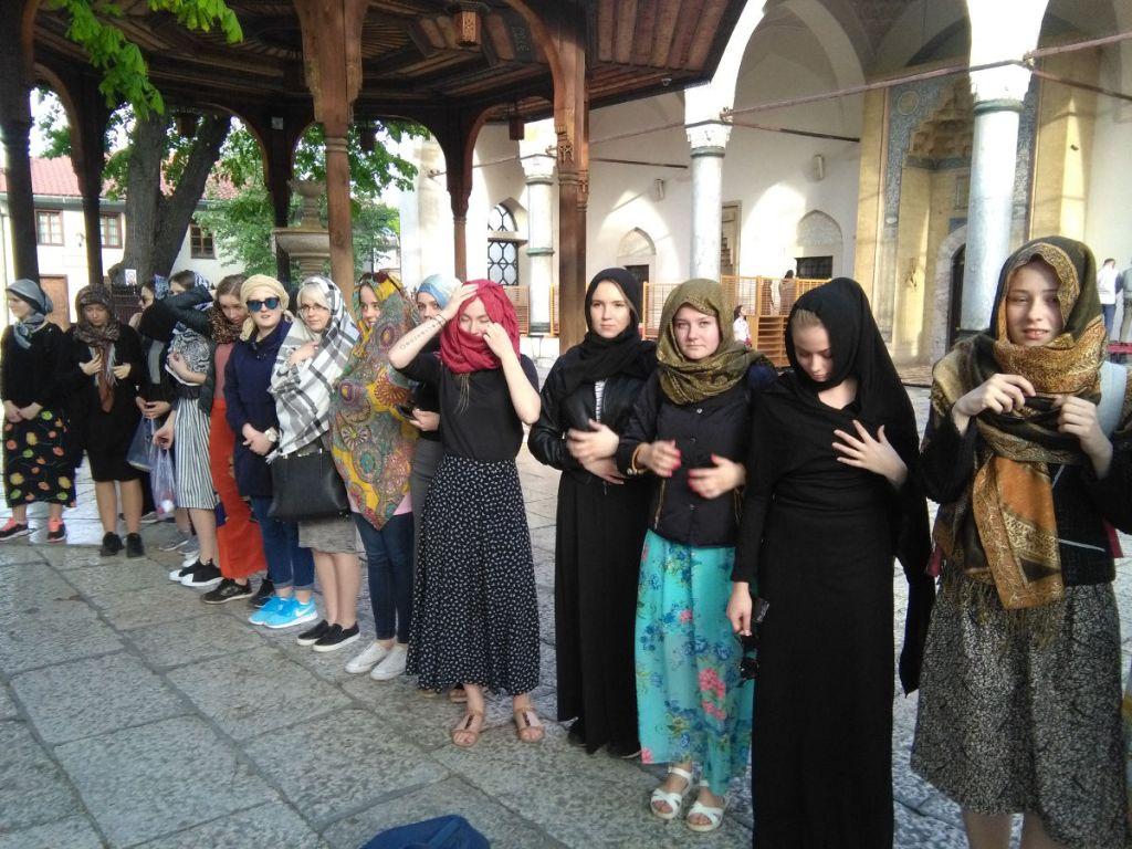 Туристки из Латвии приготовились к посещению мечети. Фото: Елена Арсениевич, CC BY-SA 3.0