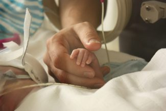 Wereld prematurendag_Jona hand in hand met papa