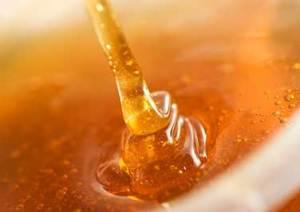 Stromende honing van zomer oogst