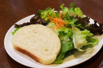 まずはランチセットのサラダから