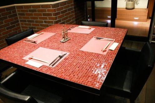 タイルのお洒落なテーブル席も