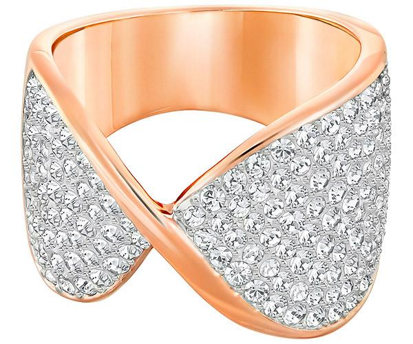Swarovski Freedom Bague Blanc Rose doré Un style époustouflant. Cette large bague en métal doré rose fera tourner les têtes avec sa silhouette féminine et organique. La face avant est ornée de cristaux incolores sertis pavé pour un éclat séduisant. Idéal pour les occasions spéciales. Portez-la avec un anneau étroit serti pavé sur l'autre doigt pour un contraste chic. Swarovski FR - The Magic of Crystal