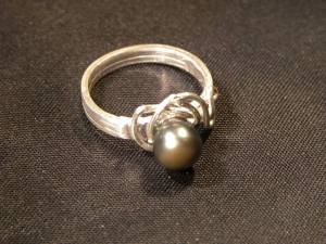 Bague perles de culture grise