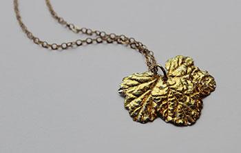 Pendentif feuille de groseillier en argent fin et feuille d'or