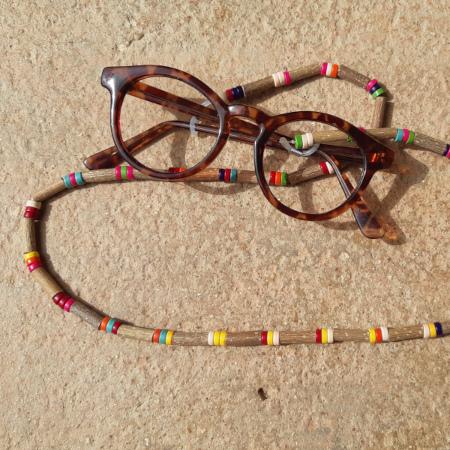 Cordon à lunettes en noisetier et céramiques heishi multicolores