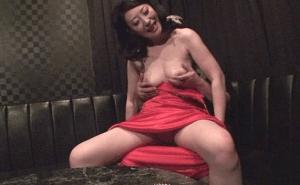 お触りOKの熟女キャバクラ!熟キャバ嬢と店内で濃厚フェラ~本番SEX!