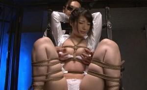 人妻藁縄緊縛凌辱レイプ!全身を縛られ犯されて屈辱の愛液を垂らす人妻