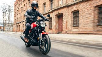 2021-Yamaha-XS125-EU-Redline-Action-004-03