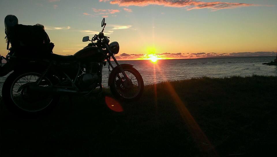 北海道 夕日 ST250Eタイプ(スズキ) バイク オートバイ 影