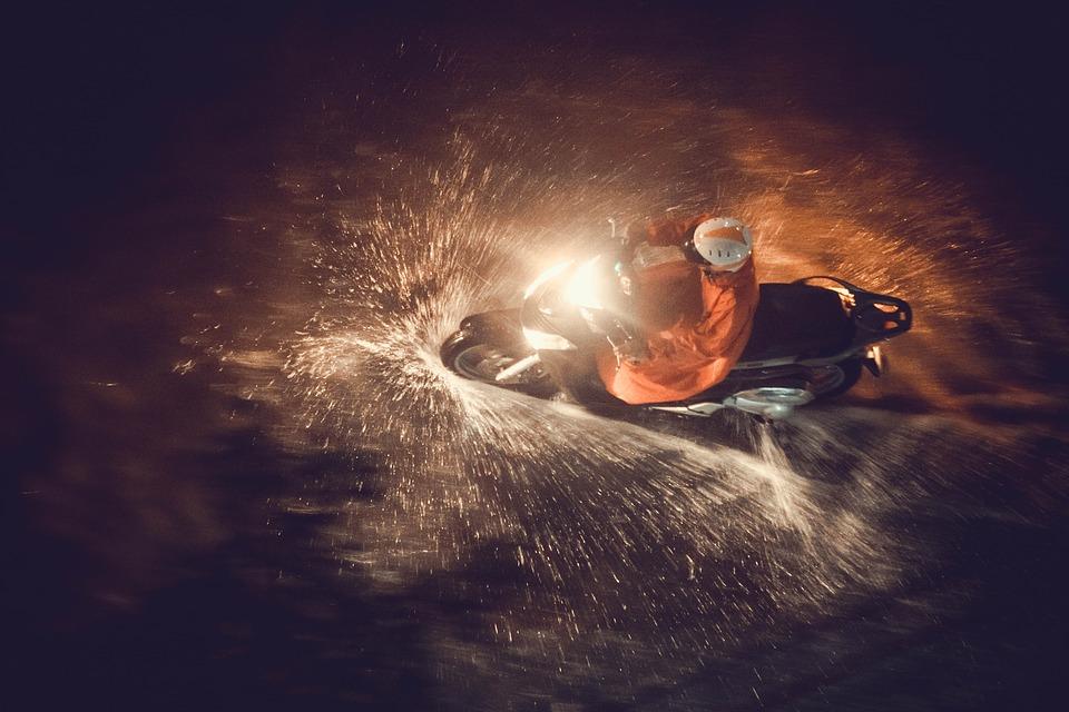 バイク 大雨 スクーター ブレーキ スリップ