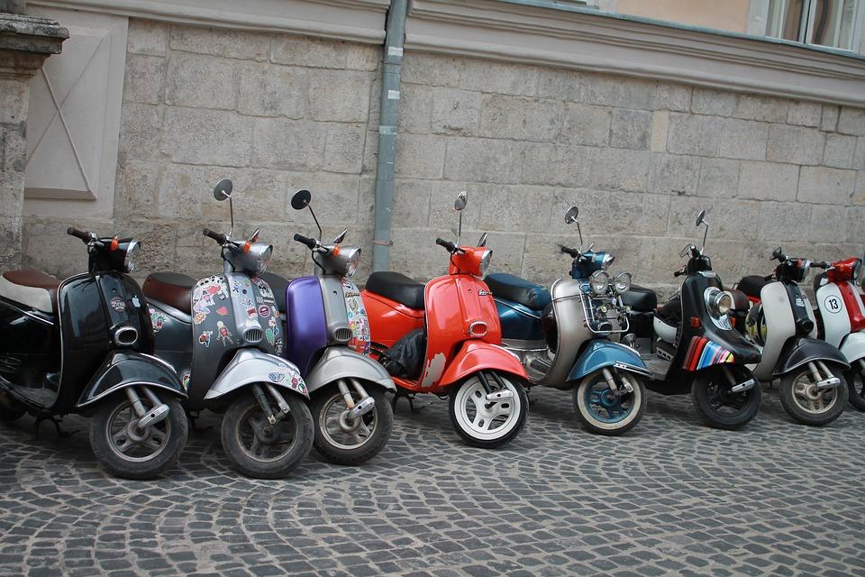 オートバイ 交通手段 ウクライナ リヴィウ 市内中心部 旧市街 旅行 観光