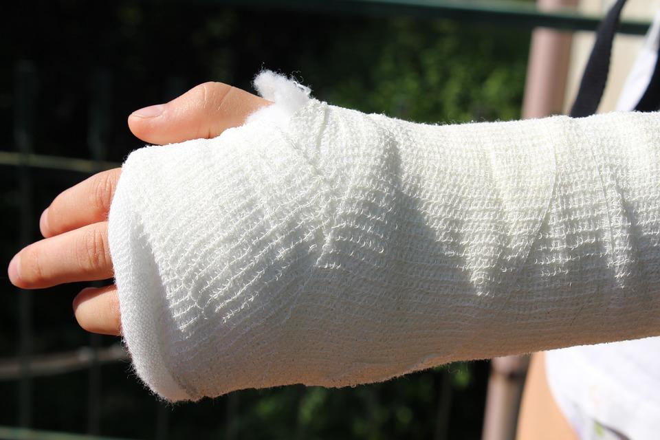 傷害 整形外科 チョーク 包帯 介護 事故 医師 骨折 手 前腕 病院 応急処置