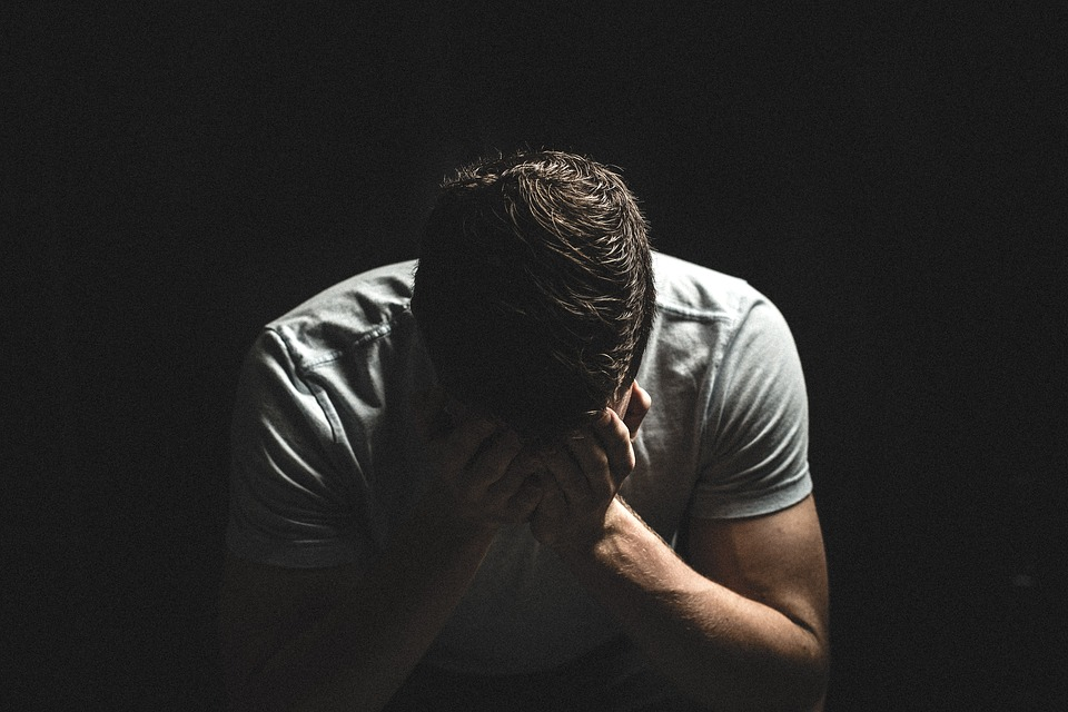 男 人 暗い シャドウ 手 悲しい 泣いている 不幸です 絶望