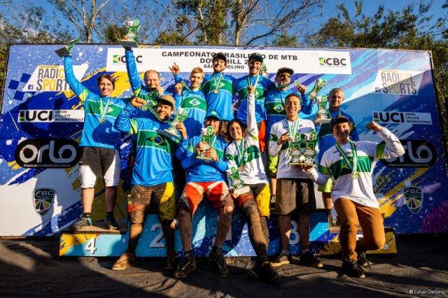 Lucas Bertol e Lais Rezzadori são campeões brasileiros de Downhill no Rio Grande do Sul equipe.jpg