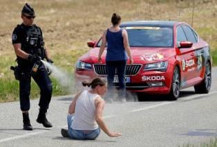 Polícia lança gás de pimenta em manifestantes, atinge ciclistas e Tour de France é interrompido (4)
