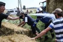 Polícia lança gás de pimenta em manifestantes, atinge ciclistas e Tour de France é interrompido (5)