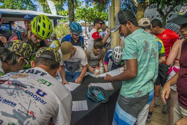 Ciclistas na retirada de kit da Maratona (Marina Magalhães  Brasil Ride).jpg