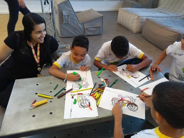 Crianças do projeto Rede de Núcleos do IEE visitam sede do Mercado Livre e ganham bikes (2).jpg