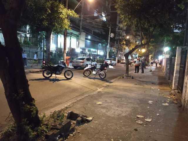 A rua precisou ser fechada para que os policiais realizassem a perícia