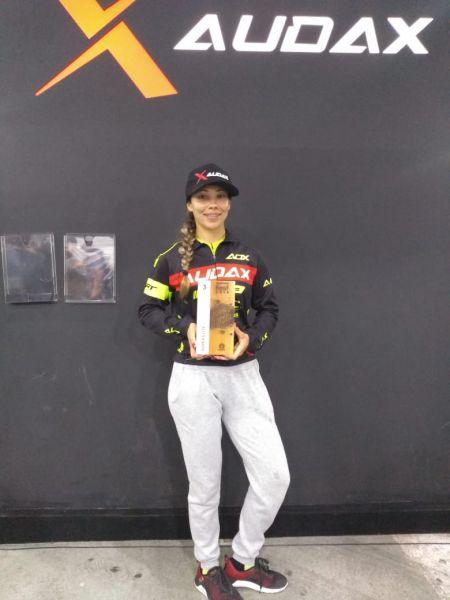 Letícia exibe o troféu de terceira colocada no stand Audax da Shimano Fest 2018. Foto Arquivo Pessoal..jpeg
