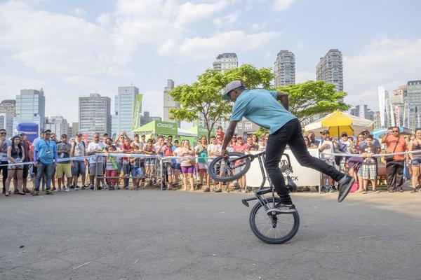 Público assiste apresentação de BMX (Filipe Mota FS Fotografia)